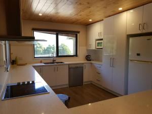 A kitchen or kitchenette at Moondance Lodge