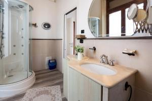 A bathroom at B&B Ortigia Bedda