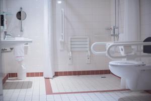 A bathroom at IntercityHotel Leipzig