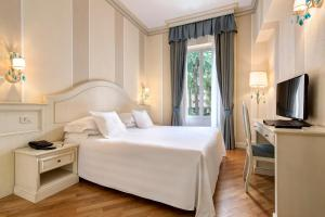 A bed or beds in a room at Hotel Cenobio Dei Dogi