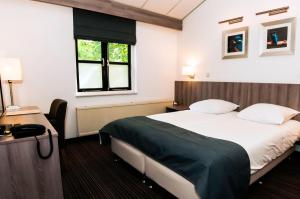 A bed or beds in a room at Landgoed Oud Poelgeest