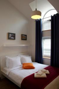 A bed or beds in a room at Up.Cooltura Guesthouse