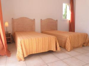 A bed or beds in a room at Les bastides de Grimaud
