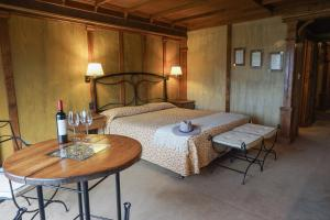 A bed or beds in a room at Hotel Los Ñires