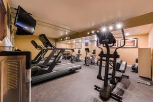 The fitness centre and/or fitness facilities at Best Western Plus King's Inn and Suites