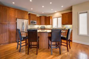 A kitchen or kitchenette at Adela's Bed and Breakfast