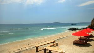 Pantai di atau di dekat resor