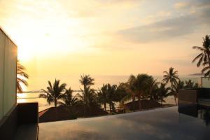 Matahari terbit atau terbenam yang terlihat dari resor