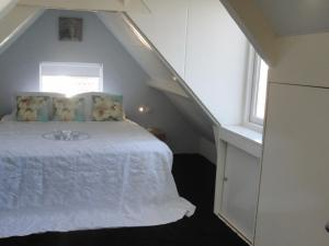 A bed or beds in a room at Huize de Weijde Blick