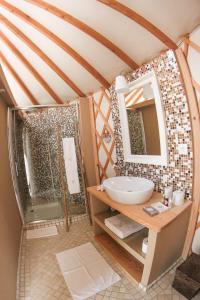 A bathroom at Quinta M - Portugal