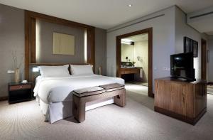 سرير أو أسرّة في غرفة في يوروستار سويتس ميراسيرا
