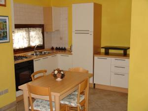 A kitchen or kitchenette at Corallo Vacanze