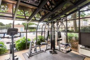 The fitness centre and/or fitness facilities at All Seasons Resort