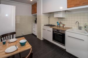 A kitchen or kitchenette at RENTY Côté Parc Parking inclus