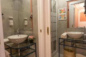 A bathroom at Oporto Centre Clean & Cozy Apt 2