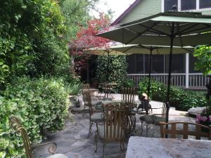 A restaurant or other place to eat at Barretta Gardens Inn
