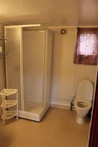 A bathroom at Lanternen Marina