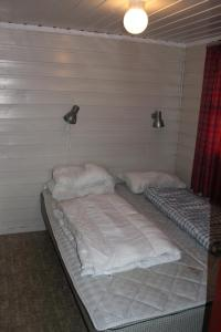 A bed or beds in a room at Lanternen Marina