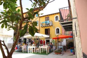 A restaurant or other place to eat at Case Albergo Al Cortiletto
