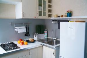 A kitchen or kitchenette at ApartLux