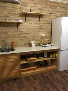 Кухня или мини-кухня в Apartment on Chuykova 37