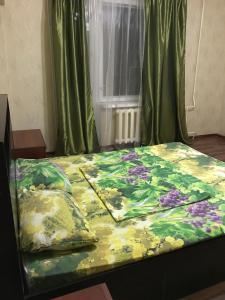 Кровать или кровати в номере Apartment on Chuykova 37