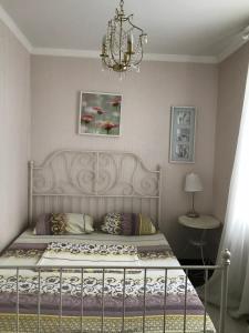 Кровать или кровати в номере Apartments on Alleya Geroyev 4