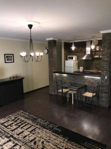 Кухня или мини-кухня в Apartments on Alleya Geroyev 4