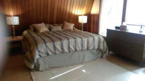A bed or beds in a room at Gabriola Central B&B