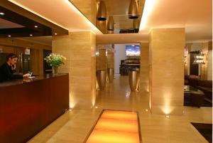 El vestíbulo o zona de recepción de Alassia Hotel