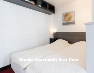 A bed or beds in a room at Hotel De Vischpoorte aan de IJssel met keukens of kitchenettes