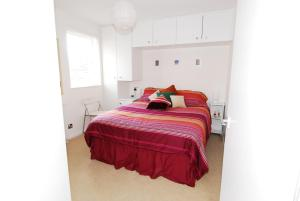 A bed or beds in a room at HomefromHolme Christchurch Close