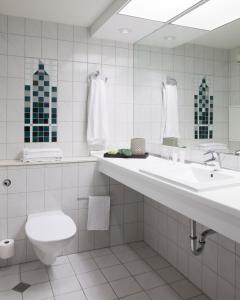 A bathroom at Best Western Plus Hotel Plaza