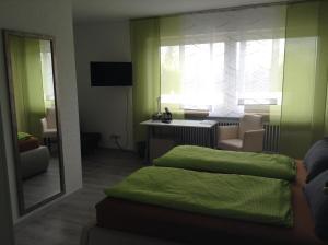 Ein Bett oder Betten in einem Zimmer der Unterkunft Hotel M&S garni