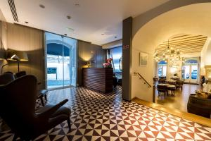 The lobby or reception area at Lisboa Carmo Hotel
