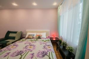Кровать или кровати в номере Apartments at bulvar Novatorov 110