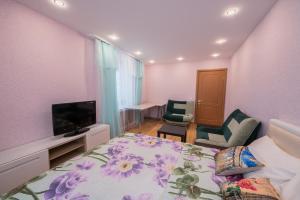 Телевизор и/или развлекательный центр в Apartments at bulvar Novatorov 110