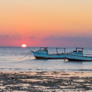 De zonsopgang of zonsondergang vanuit het resort