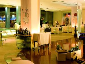 A restaurant or other place to eat at Hotel Waldorf- Premier Resort