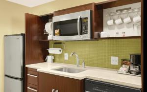 A kitchen or kitchenette at Home2 Suites by Hilton Baltimore/White Marsh