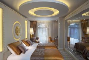 Ein Sitzbereich in der Unterkunft Sura Design Hotel & Suites