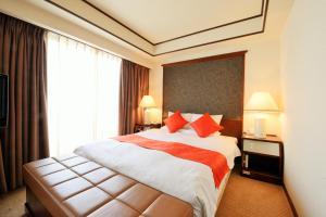 A bed or beds in a room at Daiichi Grand Hotel Kobe Sannomiya