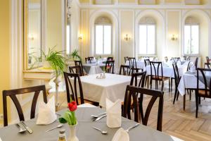 A restaurant or other place to eat at Hotel Kurhaus Bad Bocklet