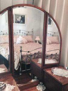 A bed or beds in a room at Belvoir B&B Cottages