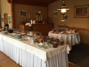 A restaurant or other place to eat at Hotel Alpina Ringgenberg