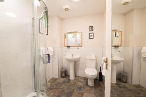 A bathroom at Munro Guest House