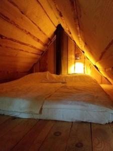 Voodi või voodid majutusasutuse Little Forest House near the river Jägala toas