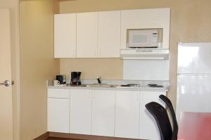 A kitchen or kitchenette at Extended Stay America - Las Vegas - Valley View