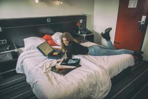 Een bed of bedden in een kamer bij BackStage Hotel