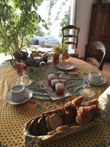 Breakfast options available to guests at Les Bruyeres